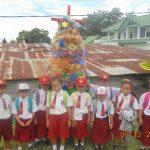 POHON NATAL PLASTIK : Siswa SDN 18 Simarmata Kecamatan Simanindo Kabupaten Samosir, berfoto di depan pohon Natal yang mereka buat dari plastik dan tempat minuman bekas