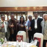 Dr. Mesdin Kornelis Simarmata berfoto bersama dengan Rismawati Simarmata Ketua DPRD Samosir dan Sesepuh/Tokoh Simarmata pada acara Jaring Aspirasi Perantau Samosir di Jakarta