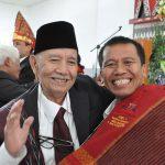 Drs. Waldemar P Simarmata (Sopo Toba) mengucapkan selamat kepada Razat Simarmata