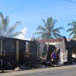 Personel Polsek Pondok Kelapa saat menujukan ruko milik Saut Simarmata (39) alias ucok yang ludes terbakar