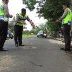 Polisi melakukan olah TKP di lokasi kecelakaan lalu lintas di Jalan Raya Kuningan-Sindangagung, Desa Sindangagung, Kecamatan Sindagangung, Kuningan, Senin 10 Oktober 2016/NURYAMAN/PR