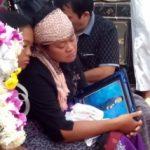 Desy Br Manik, ibu dari Mikael yang memeluk Foto semasa hidup Mikael