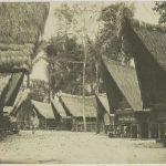 Illustrasi credit photo: https://togapardede.files.wordpress.com/2012/08/kampung-batak.jpg