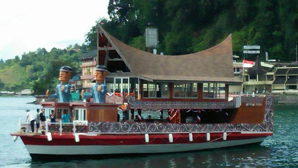 Berwisata Keliling Danau Toba, Keluarga Besar Simarmata Se Indonesia Gunakan Kapal Rumah Batak Terapung